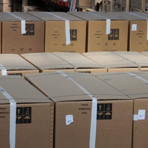 Palettes avec les cartons pour Calais